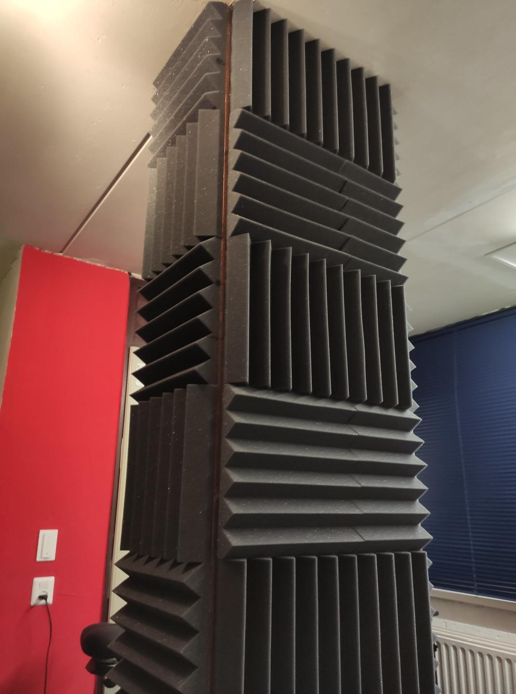 Gamruimte met acoustic foam wedges gemonteerd