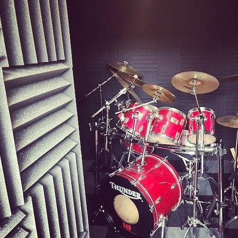 repetitieruimte met drumstel akoestisch verbeterd
