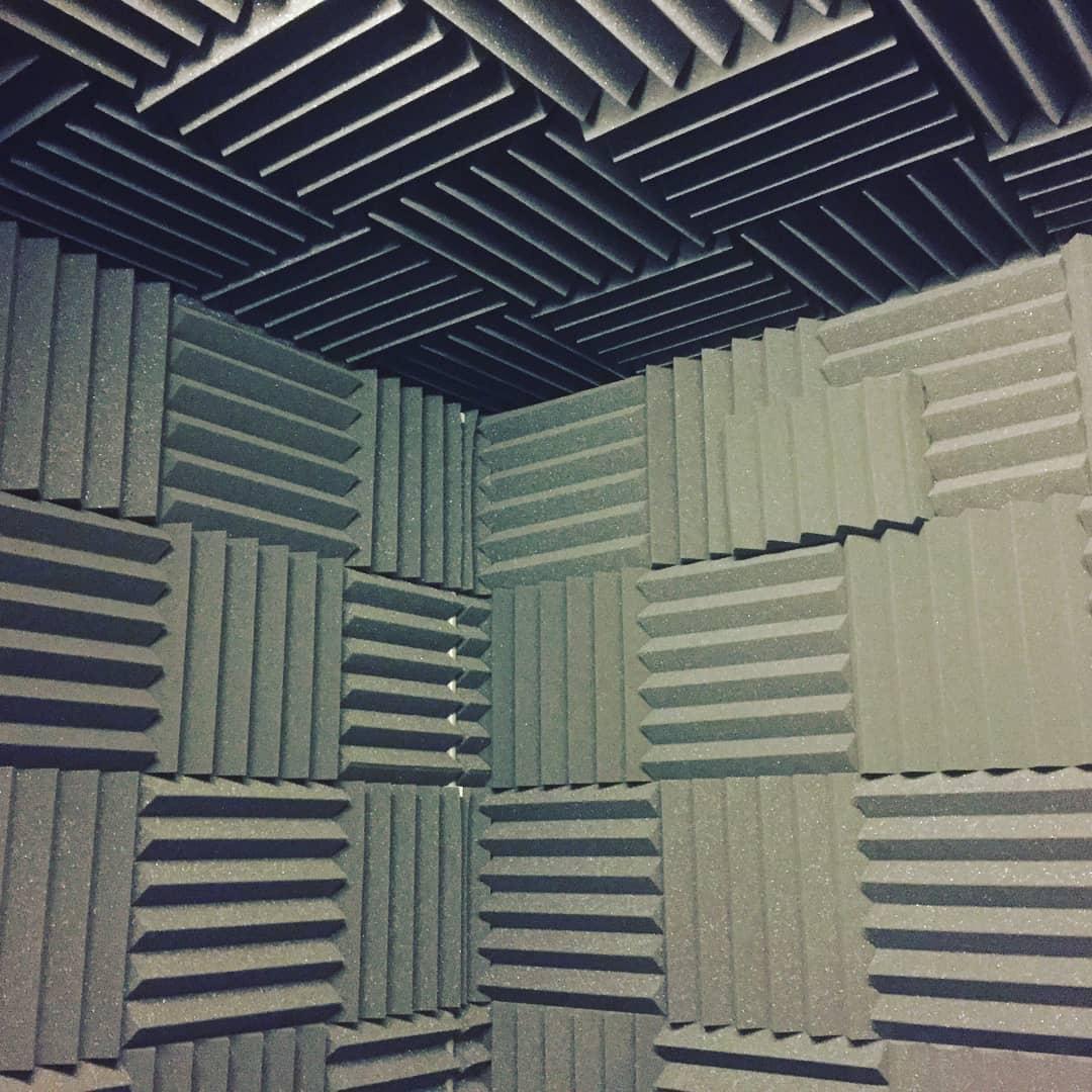 repetitieruimte met wedges op plafond en wanden