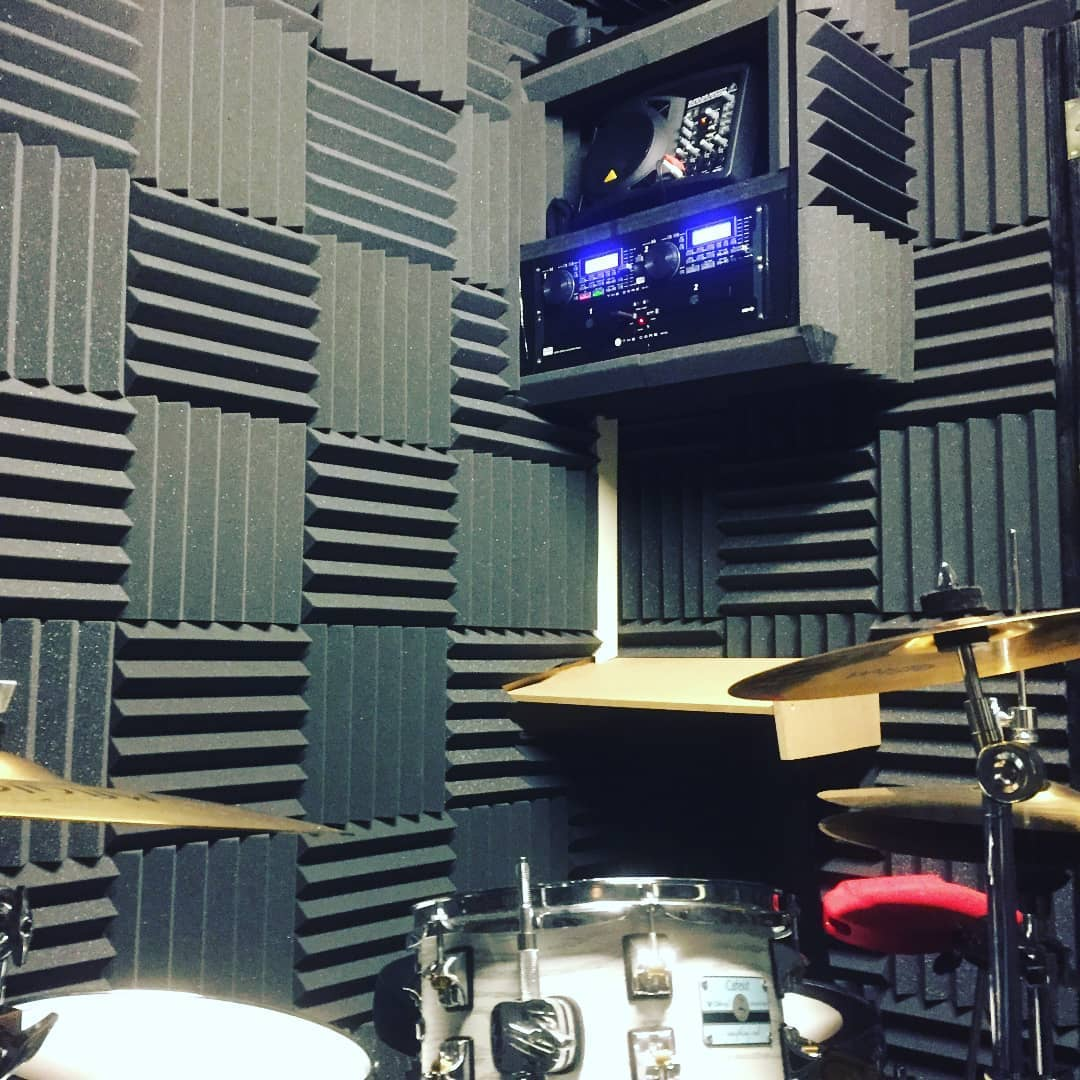 repetitieruimte met acoustic wedges verbeterd