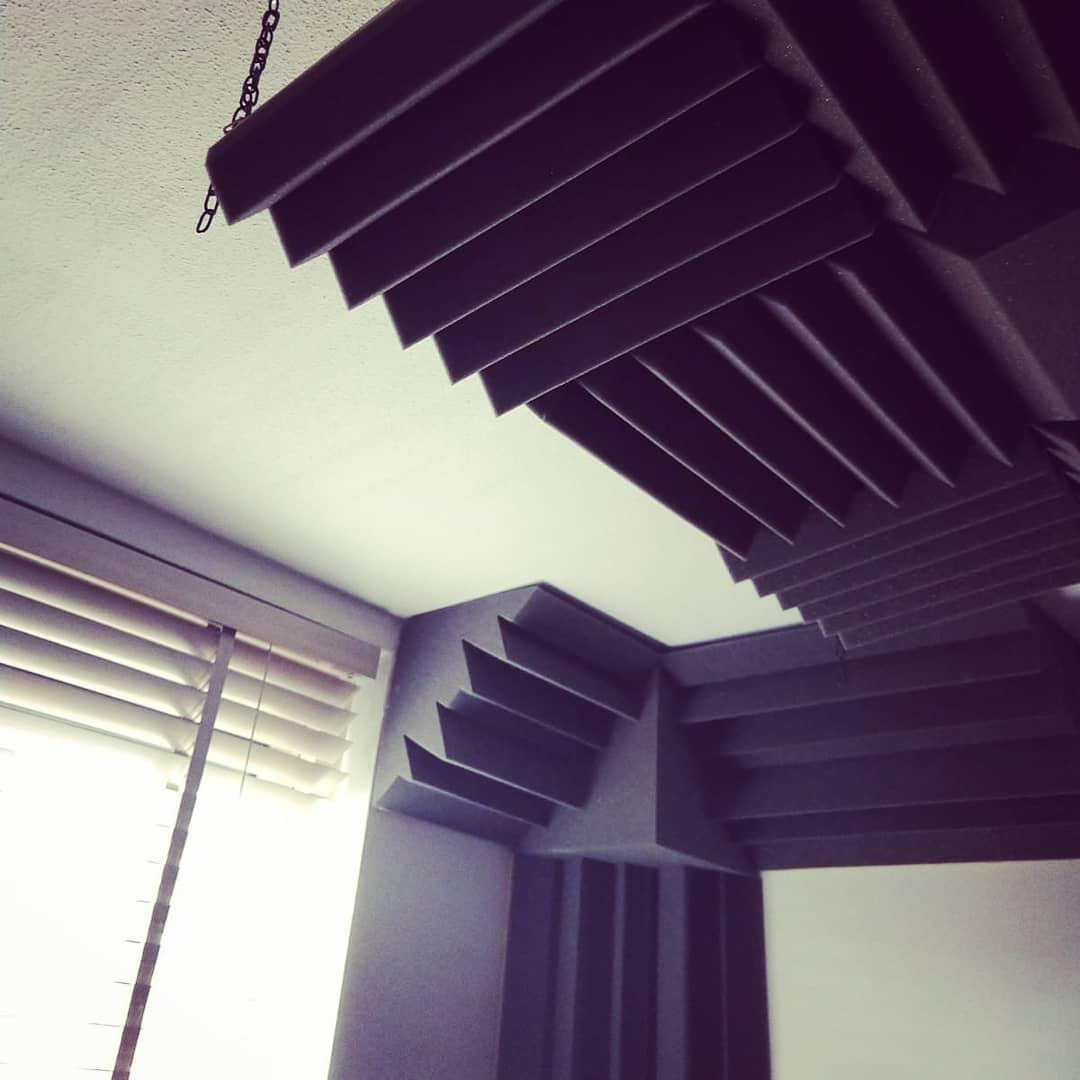 studio klein met bass traps en corner fills